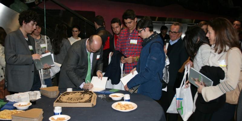 Firma del libro vivencias de una pyme adolescente durante el networking del IYTS International Young Talent Seminar